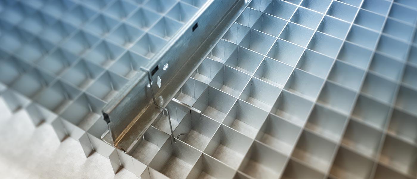 LOUVERLUX-SKANDIA-Licht-und-Deckenraster-aus-Aluminium-und-Kunststoff
